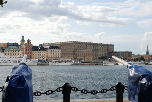 Vedere spre palatul regal + tunuri indreptate spre acelasi